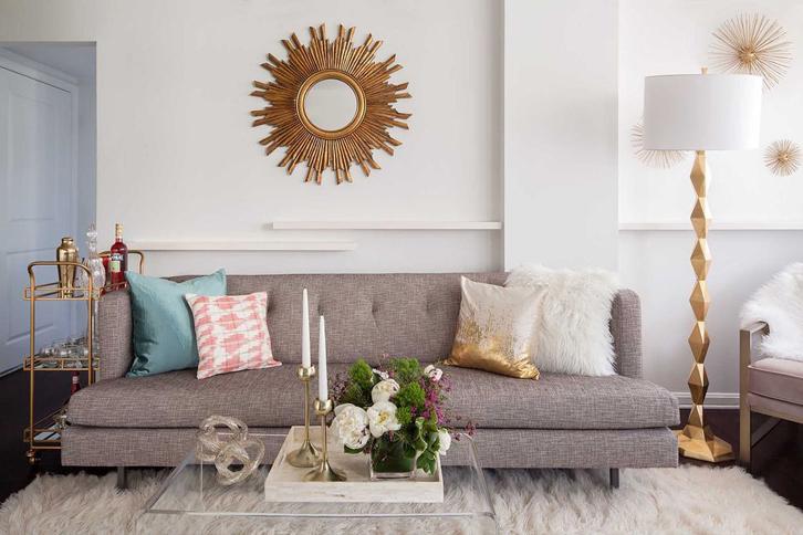 Selain skala ukuran, Anda juga perlu memberi sentuhan glamor pada ruangan. Misalnya lis warna emas pada vas bunga atau bingkai kaca, atau meja dari material kaca solid.