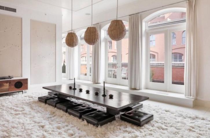 Ruang makan menjadi salah satu daya tarik dari penthouse