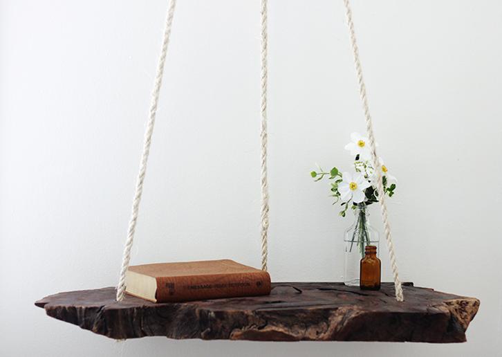 Selain bisa digunakan untuk menaruh buku atau hiasan meja, gaya ini akan membuat tampilan kamar menjadi unik sekaligus natural.