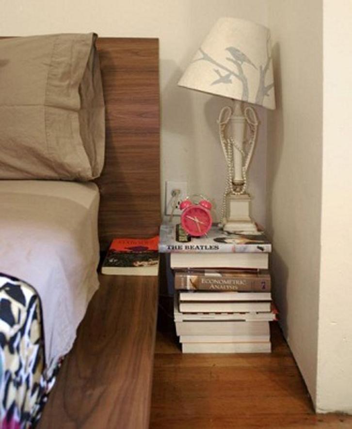 Bila buku yang dimiliki tidak terlalu besar mungkin Anda hanya akan bisa menyimpan sedikit barang seperti jam weker atau lampu.
