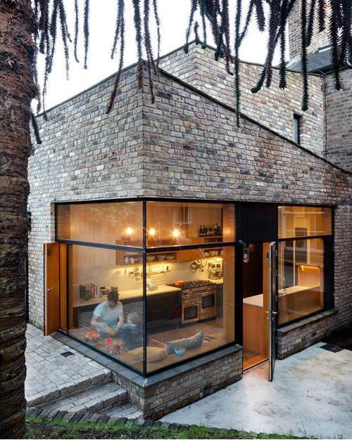 Sama seperti rumah kayu, rumah bata juga menghadirkan kesan alami yang sejuk.