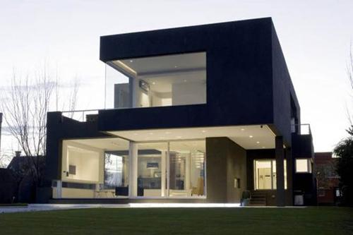 Harus diakui, warna hitam memang jarang digunakan untuk fasad rumah. Jadi, bagi Anda yang ingin tampil lain dari yang lain, tak ada salahnya mencoba.