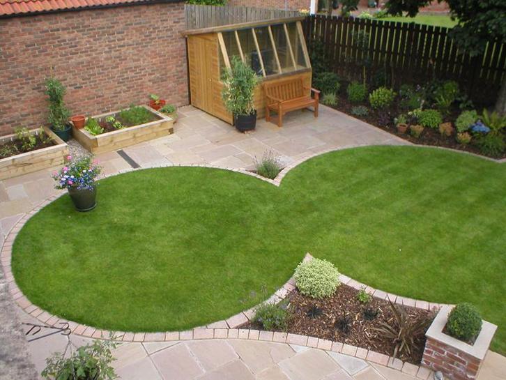 Ikatkan rumput dalam bentuk yang diinginkan menggunakan kawat. Gunting rumput-rumput yang menjuntai keluar menggunakan gunting kebun.