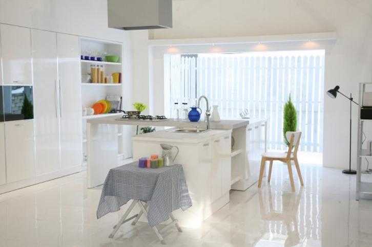 Palet warna putih membuat aksesoris dapur yang berwarna terang terlihat lebih stand out.
