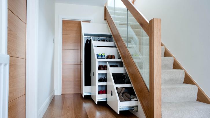 Ruang bawah tangga juga tak luput dimanfaatkan.