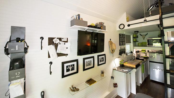 Televisi yang semakin tipis membuatnya lebih hemat ruang. Ia bahkan bisa ditempel di dinding.