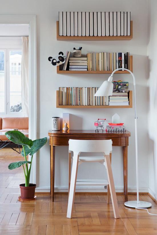 Buku lebih rapi jika diletakkan di rak gantung.