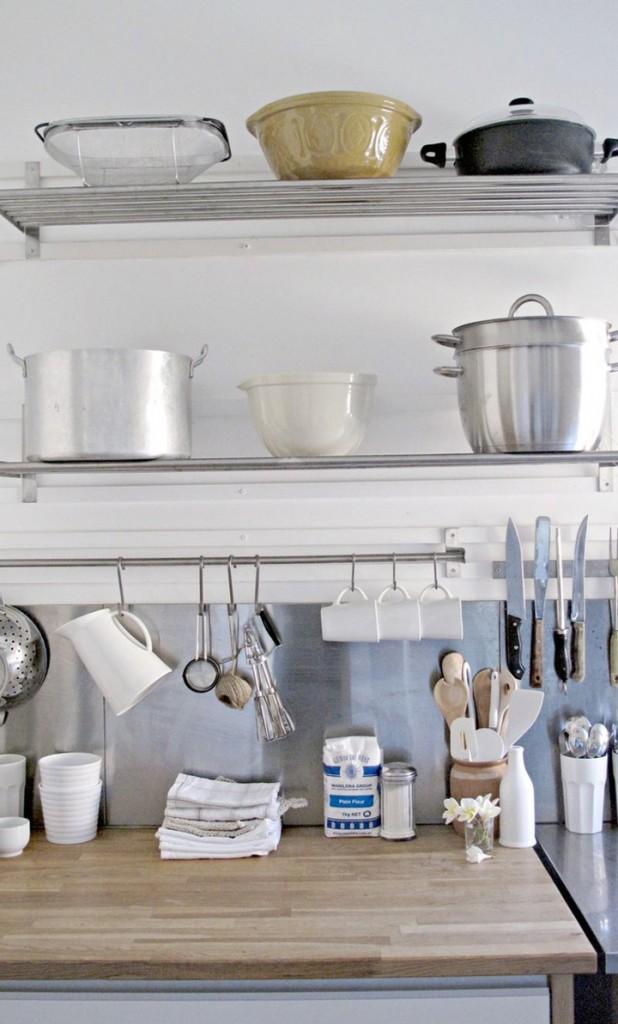 menata peralatan dapur-rak dinding