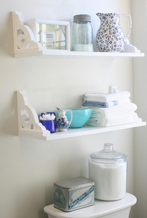Dinding di atas kloset dapat dimanfaatkan untuk menempel rak gantung.