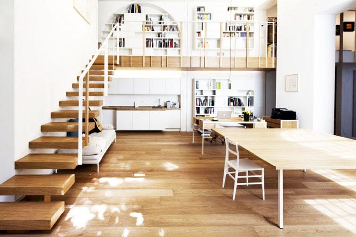 Jika hunian terbatas, Anda dapat merancang mezzanine dengan bentuk memanjang. Gunakan rak dinding tempel bergaya minimalis untuk penyimpanan buku.