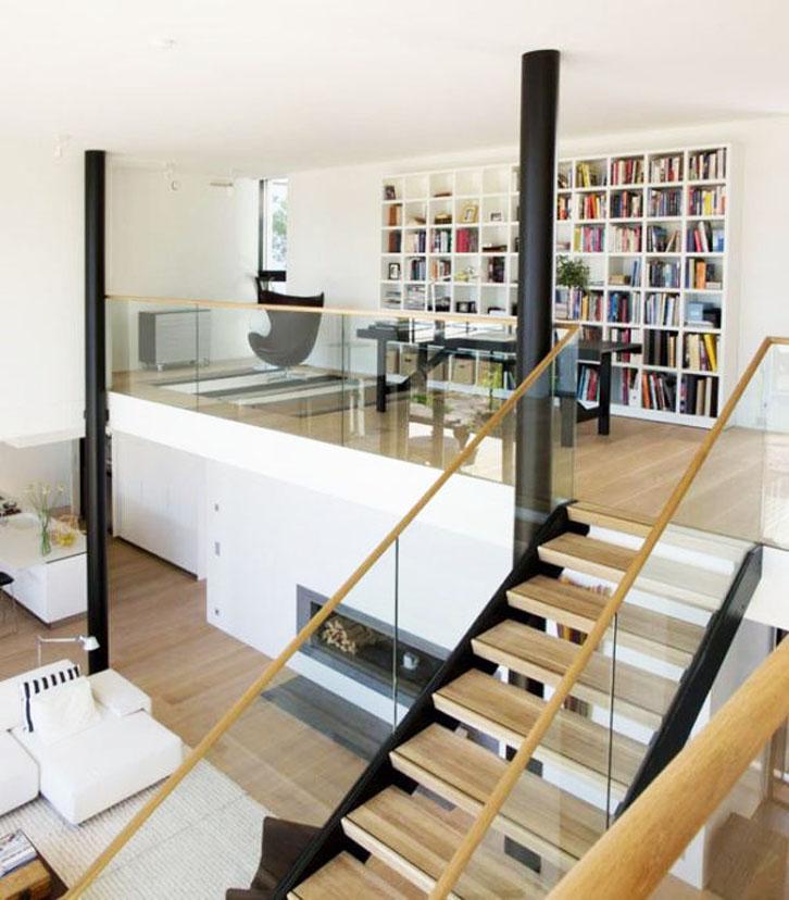 Mendirikan ruang bekerja/studio di lantai mezzanine akan memberikan privasi tersendiri yang tak mudah digangu karena berada di satu area terpisah.