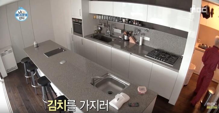 Area dapur milik Taeyang dilengkapi dengan kitchen set modern dengan material stainless steel yang membuatnya mudah dibersihkan.