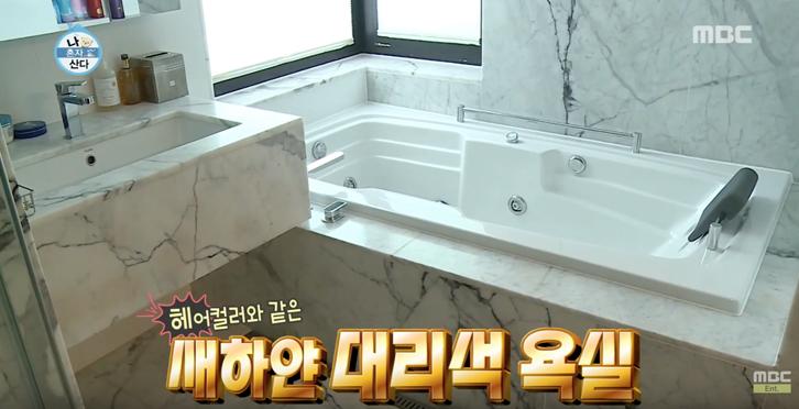 Area kamar mandi yang tak terlalu besar dibuat mewah dengan dominasi material marbel.