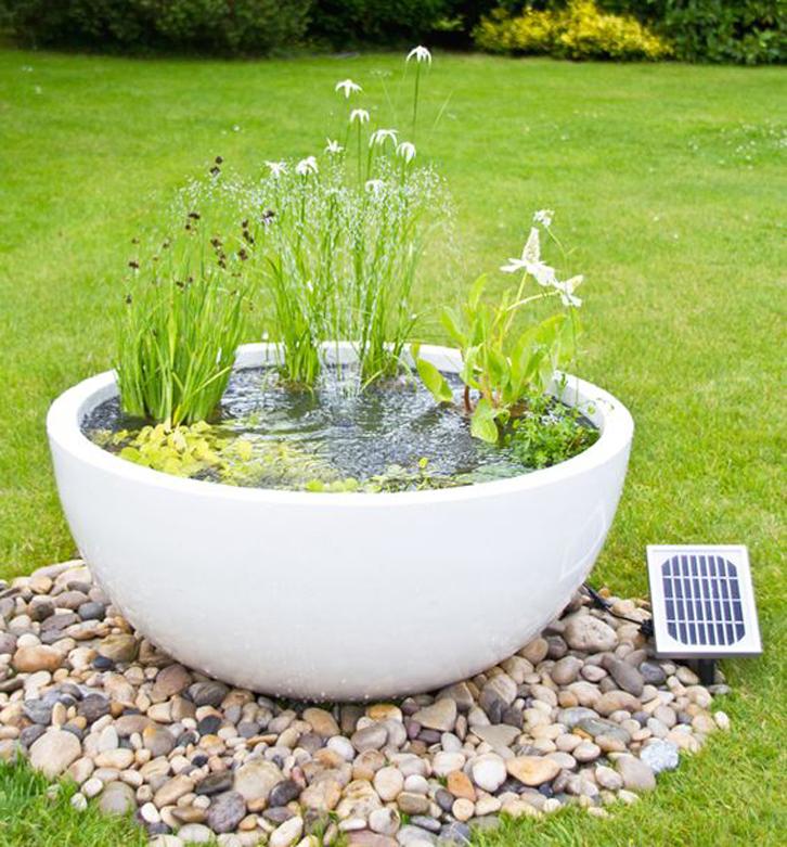 gunakan pot besar bundar sebagai pengganti kolam batu