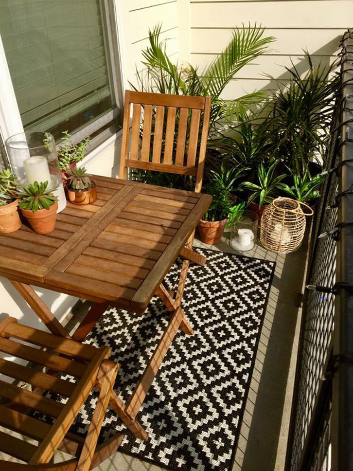 Hias meja dan sudut halaman dengan tanaman dalam pot.
