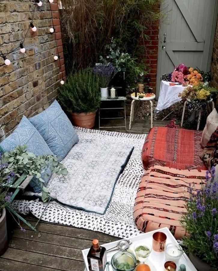 halaman belakang menjadi area paling pas untuk menikmati udara segar.