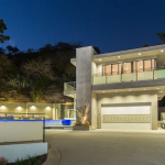 Hunian mewah ini terletak di kawasan Hollywood Hills