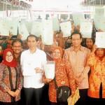 Melanjutkan program Reforma Agraria, Presiden Joko Widodo membagikan sertifikat tanah di Tangerang.