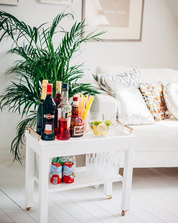 Ketika para tamu ingin duduk dan Anda merasa ruangannya menjadi lebih sempit, Anda bisa memindahkan meja saji ke kamar atau ke dapur.