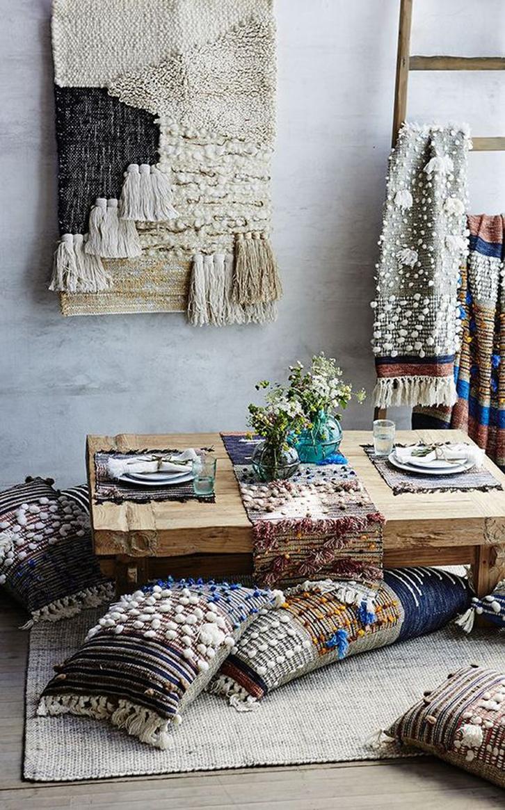 Hias lantai dengan karpet dan bantal yang nyaman, serta siapkan meja kopi pendek untuk meletakkan camilan dan minuman segar yang akan dihidangkan.
