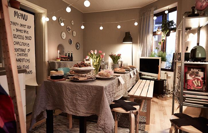 Untuk menghemat tempat sekaligus kursi, Anda bisa menggunakan kursi panjang kayu sehingga para tamu bisa saling duduk berdekatan.