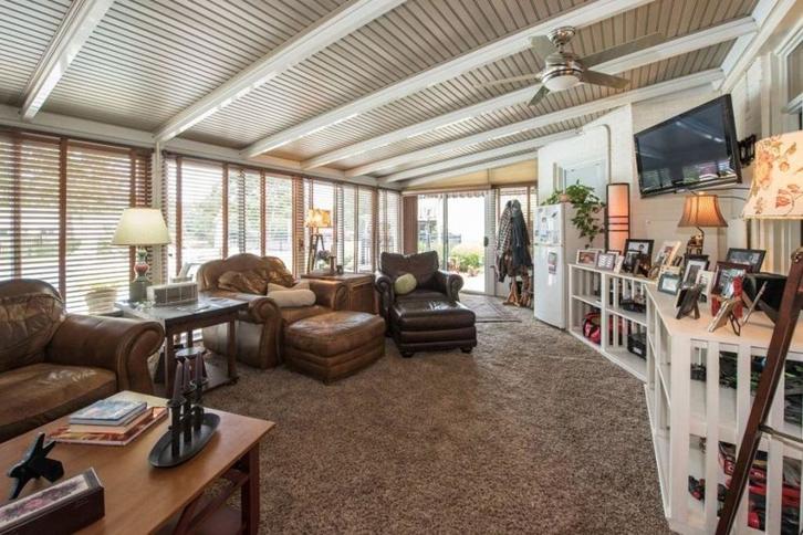 Menariknya hampir seluruh ruang di rumah ini dilapisi dengan karpet tebal berwarna senada yang menambah kenyamanan penghuni.
