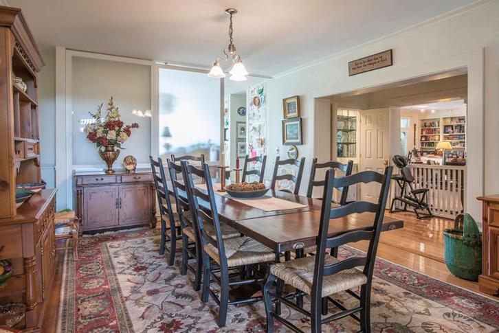 Ruang makannya dilengkapi dengan furnitur kayu bergaya klasik.