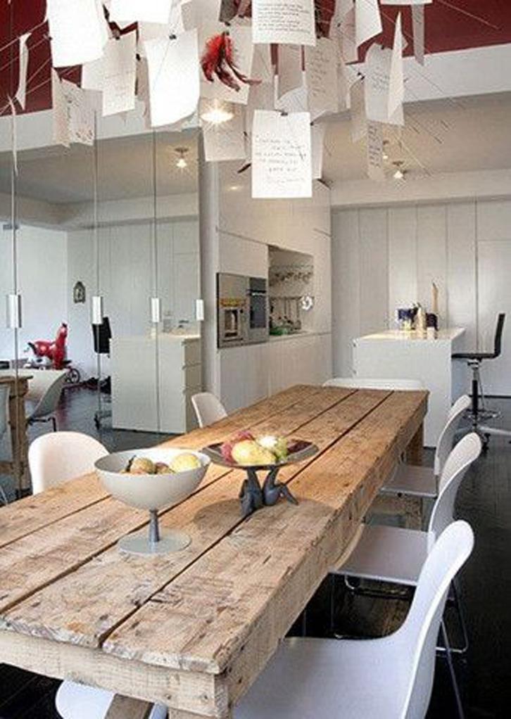 meja kayu dan kertas menu