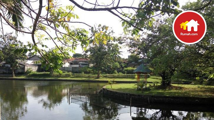 Menariknya terdapat danau alami di dalam lingkungan perumahannya yang dikonsep sedemikian rupa sehingga membuat suasana di dalam perumahan menjadi lebih menyenangkan.