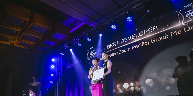Qingjian deputy GM collecting award