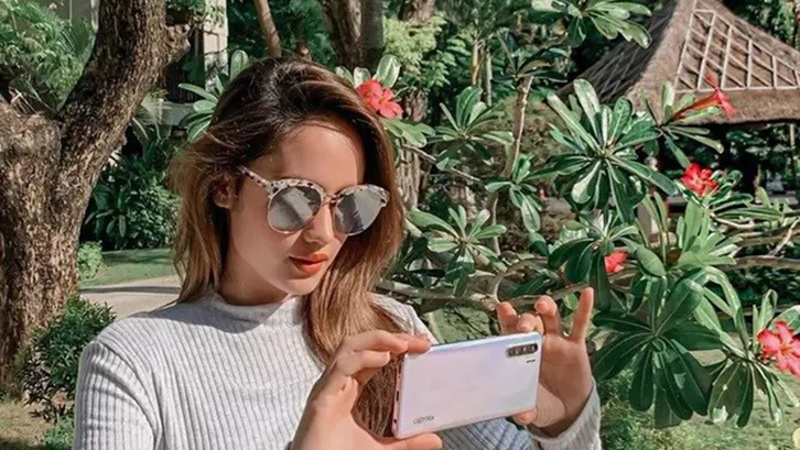 Taman Tropis Cinta Laura Gazebo di Tengah Rumput Hijau