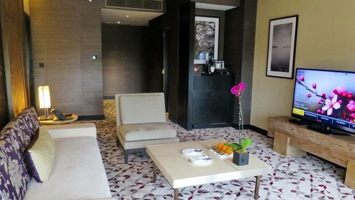 rumah mirip hotel Menaruh bunga segar
