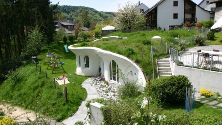 rumah hobbit ramah lingkungan dinding yang menempel pada tanah