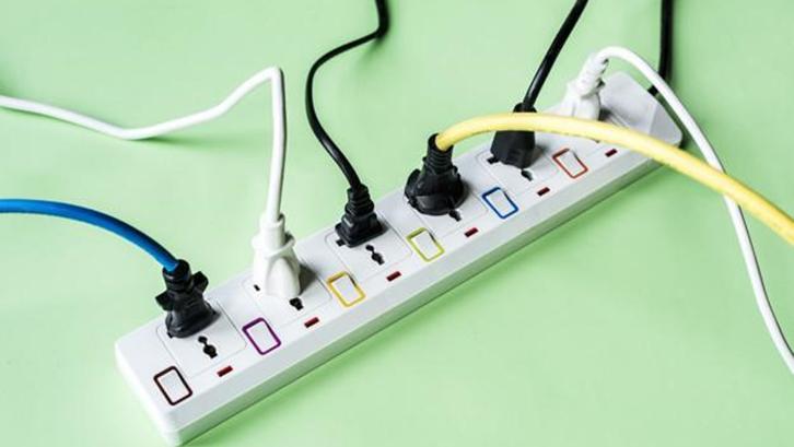 Jangan menggunakan soket listrik berlebihan