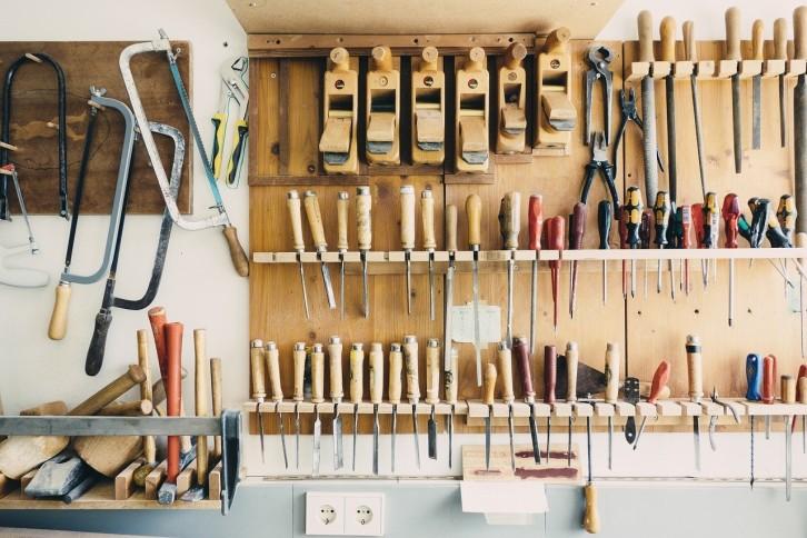 3. Simpan alat tajam dengan aman
