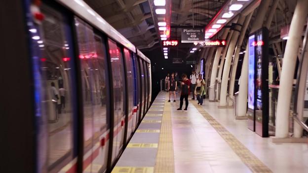 Membandingkan ongkos LRT Jabodebek dengan kendaraan pribadi