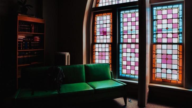 Perlukah memasang jendela kaca patri di rumah?