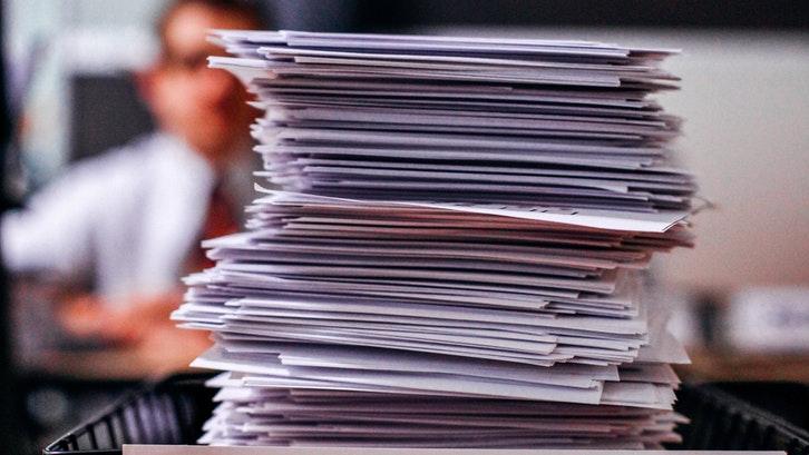 Anda perlu mengikuti prosedur yang tepat dalam pengurusan sertifikat. (Foto: Pexels – Kelly)