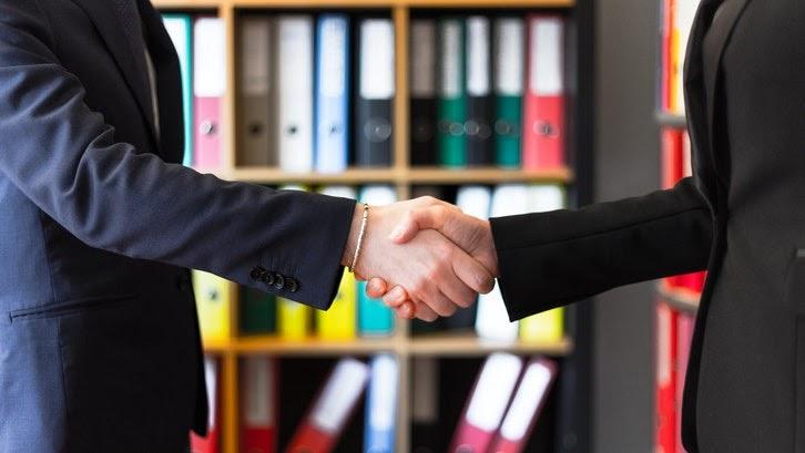 Pahami wewenang dan tugas notaris sebelum menyewa jasa mereka untuk membuat akta notaris. (Foto: Pexels-Oleg Magni)