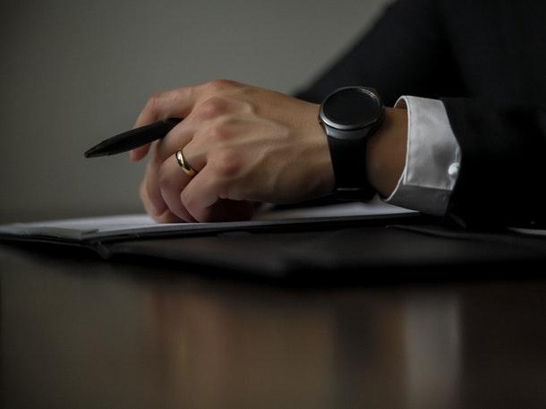 Notaris dan Pejabat Pembuat Akta Tanah (PPAT) adalah dua jabatan yang berbeda, walaupun tidak menutup kemungkinan seorang notaris juga menjabat sebagai PPAT. (Foto: Pixabay)