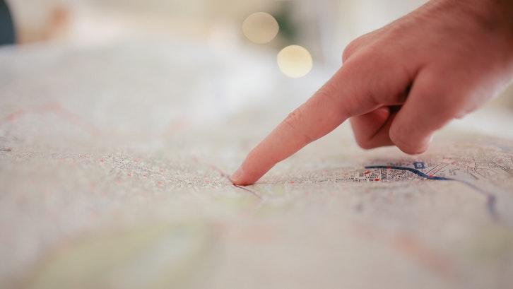 Tips beli ruko pertama adalah perhatikan lokasi ruko. (Foto: Pexels – Negative Space)