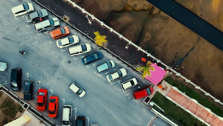 Lahan parkir merupakan tips beli ruko yang sering dilupakan. (Foto: Pexels – Pok Rie)