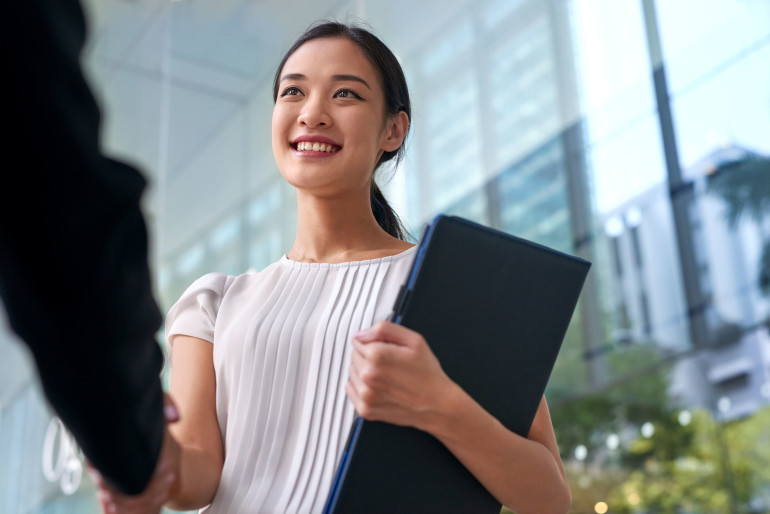 asian business woman handshake เสริมดวงการงานตามวันเกิด