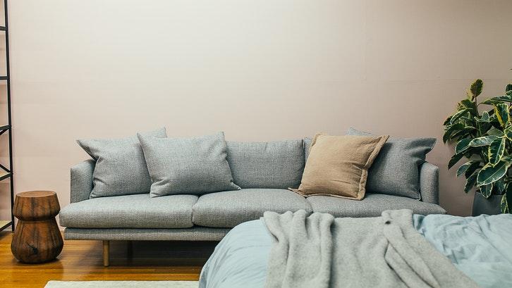 Warna beige di ruang duduk. (Foto: Rachel Claire-Pexels)