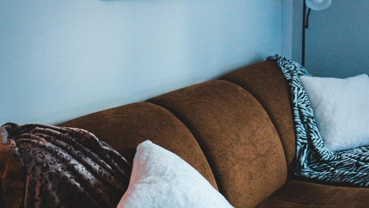 Warna misty blue di ruang keluarga. (Foto: Erik Mclean- Unsplash)