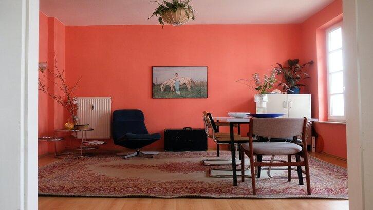 Warna pink koral pada ruang keluarga. (Foto: Beazy-Unsplash)