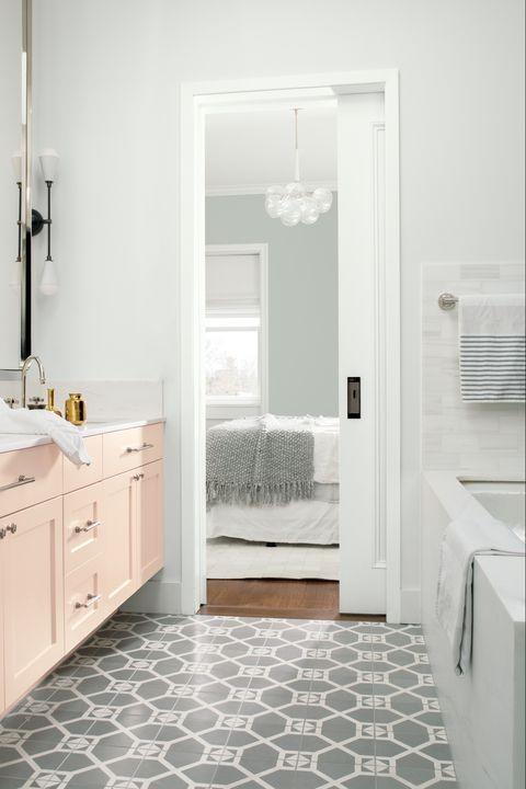 Warna cat rumah putih dapat diaplikasikan pada berbagai bentuk rumah. (Foto: Benjamin Moore/ elledecor.com)