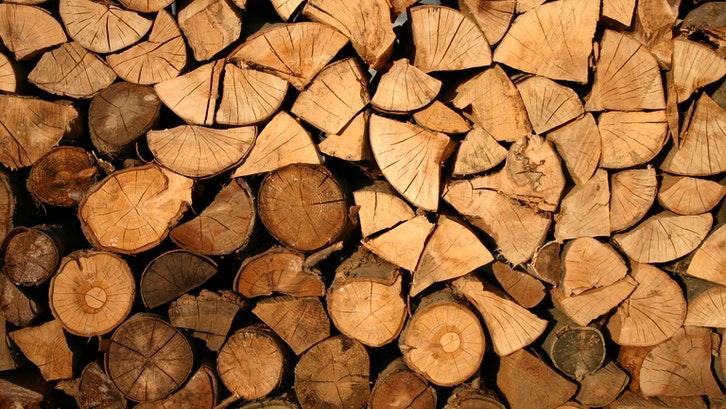 Bahan kayu yang sering digunakan sebagai material konstruksi rumah. (Foto: Pexels – Paula)