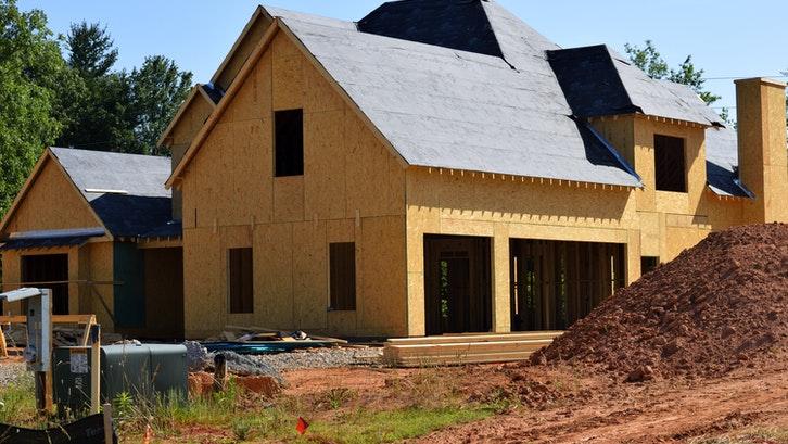 Terdapat berbagai macam jenis kayu yang biasa digunakan dalam konstruksi rumah. (Foto: Pexels – Pixabay)