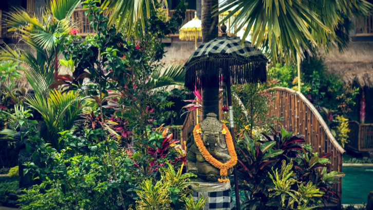 Patung dan ukiran menjadi ciri khas rumah Bali. (Sumber: Pexels.com)
